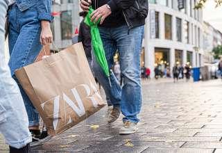 Menschen mit Einkaufstaschen beim verkaufsoffenen Sonntag in Duisburg