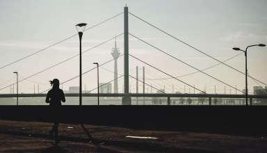 Verkaufsoffener Sonntag - Frau vor Rheinturm Düsseldorf