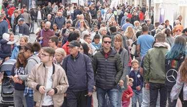 Menschen beim Einkaufen am Sonntag